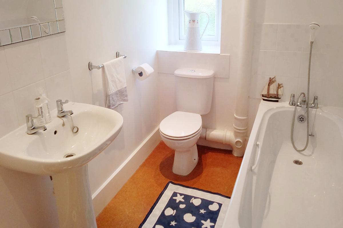 Instow apartment bathroom with bath